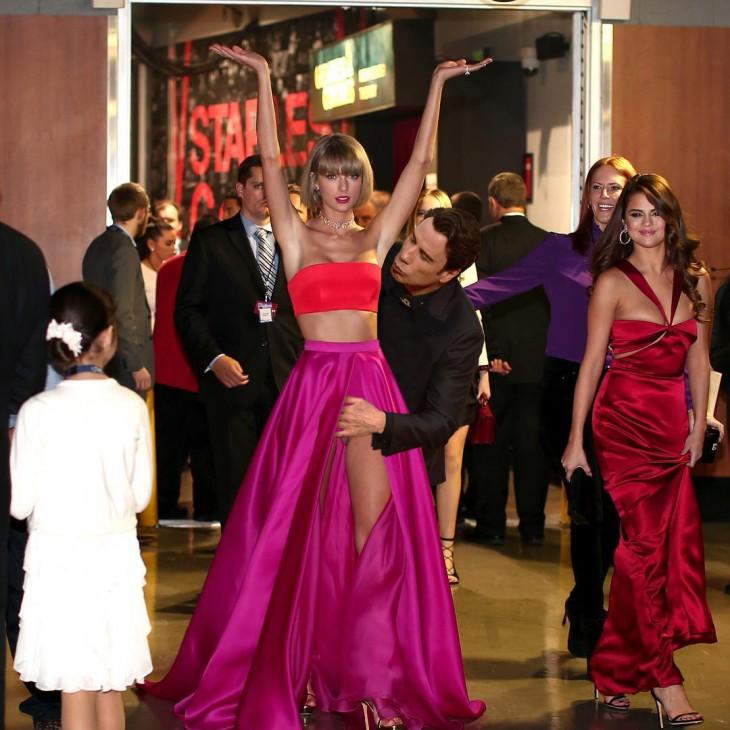 John Travolta soplando una axila a Taylor Swift