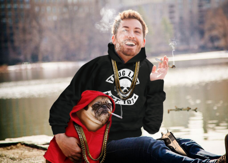 Batalla de photoshop a este hombre y su perro pug con sudaderas y fumando