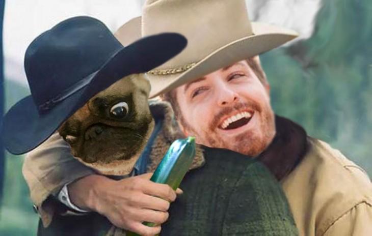 Batalla de photoshop a este hombre y su perro pug vestidos de vaqueros con un pepino