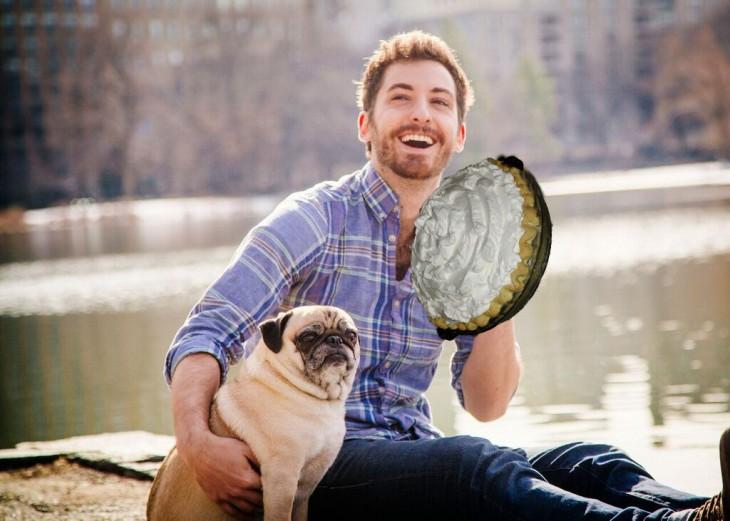 Batalla de photoshop a este hombre y su perro pug con un pastel en la mano
