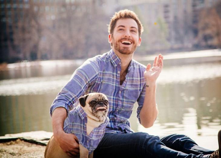 Batalla de photoshop a este hombre y su perro pug vestido igual y sonriendo igual x