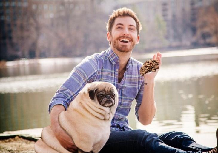 Batalla de photoshop a este hombre y su perro pug con croquetas en la mano a punto de aventarlas al perro