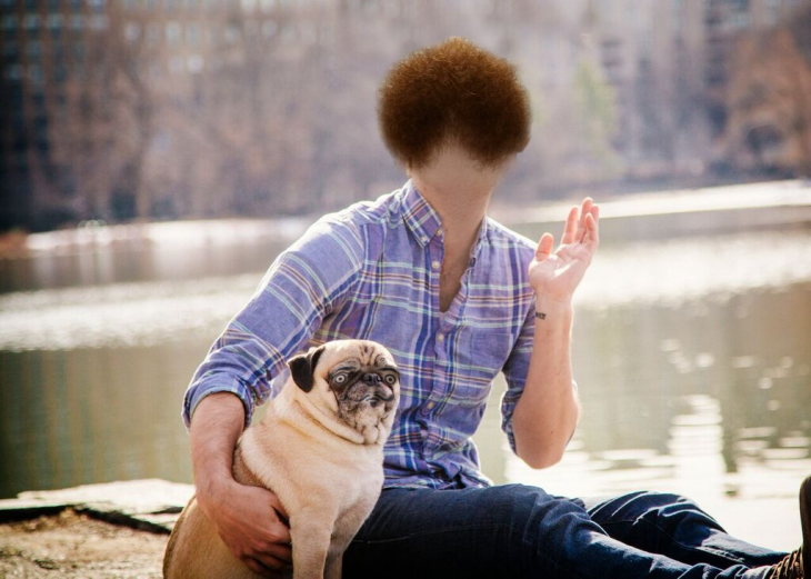 Batalla de photoshop a este hombre y su perro pug con la famosa barba roja sobre la cara