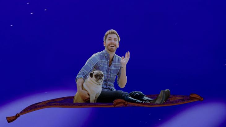 Batalla de photoshop a este hombre y su perro pug sobre la alfombra mágica de Aladdin