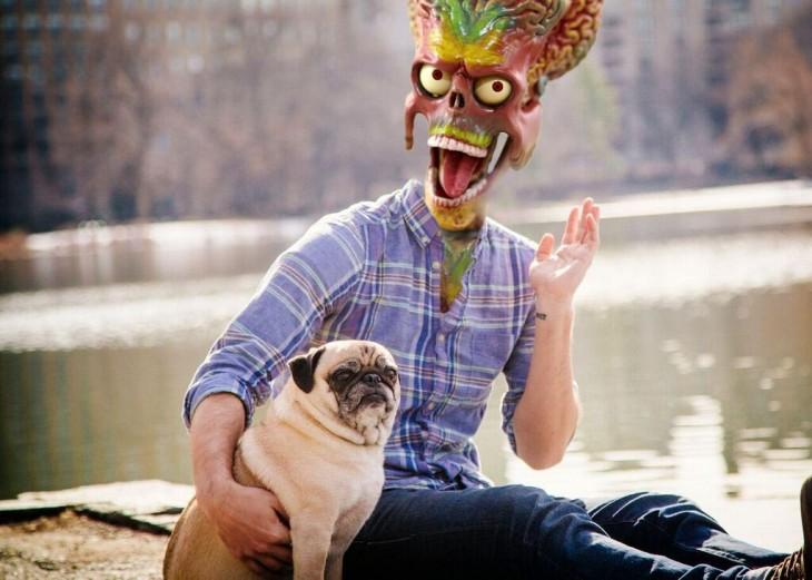 Batalla de photoshop a este hombre y su perro pug con a cara de una calavera