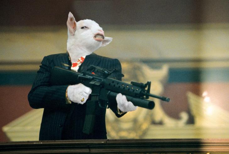 cara de una cabra sobre el cuerpo de un personaje con una metralleta en las manos
