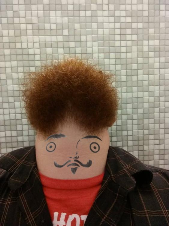 Batalla de photoshop al hombre de la barba con una cara pintada a lápiz