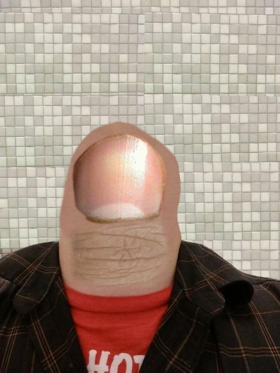Batalla de photoshop al hombre de la barba convertida en un dedo