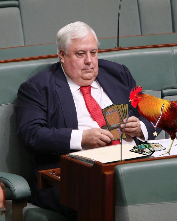 Photoshop del político Clive Palmer jugando cartas con un gallo