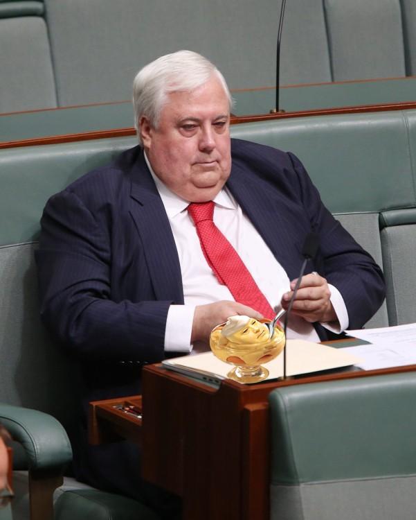 político australiano comiendo en el parlamento