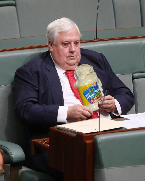 photoshop del político Clive Palmer con un gran bote de mayonesa en el parlamento