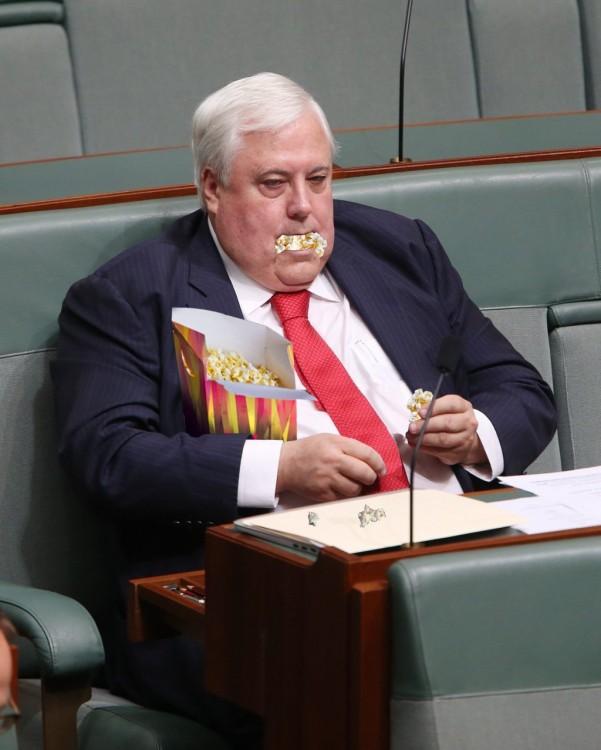 phoshop al político que contaba dinero en el parlamento con una caja de palomitas