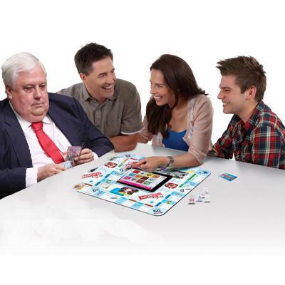 Photoshop al político australiano contando dinero simulando que está jugando monopoly con otras personas