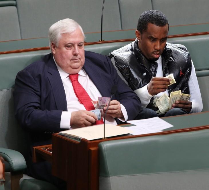 político australiano contando dinero a un lado del rapero Diddy
