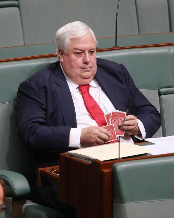 photoshop del político australiano jugando cartas en el parlamento