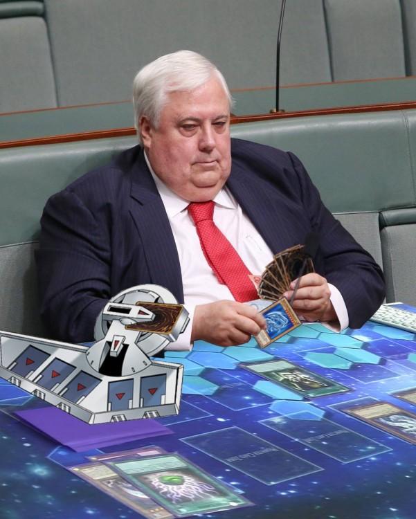 Photoshop del político australiano jugando cartas de Yugi Oh