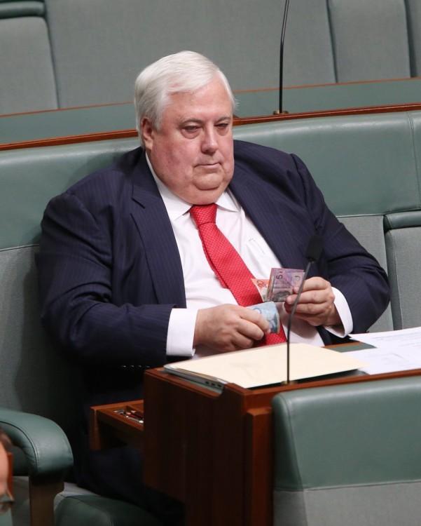 Político Australiano Clive Palmer contando dinero en el parlamento