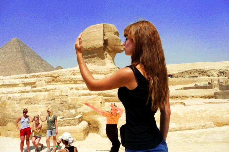 Batalla de photoshop de la mujer besando la Gran Esfinge con una persona bailando debajo de ella