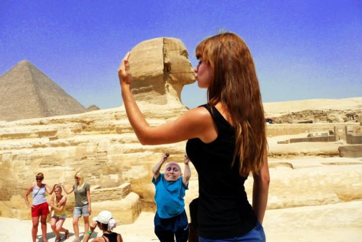 Batalla de photoshop de la mujer besando la Gran Esfinge con Mini Me intentando alcanzar su pecho