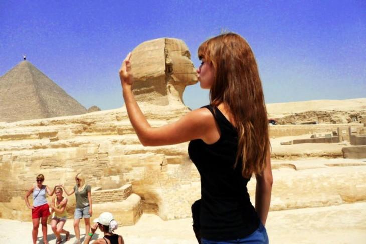 Batalla de photoshop de la mujer besando la Gran Esfinge sin el hombre tocando su pecho
