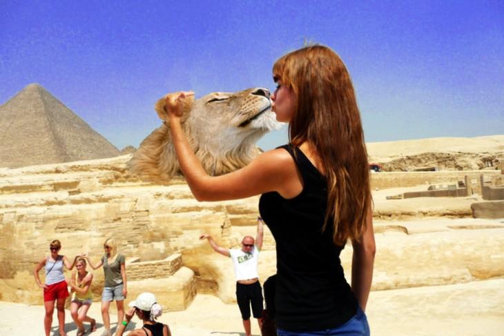 Batalla de photoshop de la mujer besando la Gran Esfinge, besando a un león