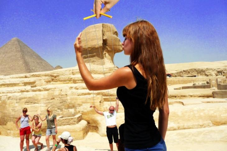 Batalla de photoshop de la mujer besando la Gran Esfinge, donde un hombre simula ser una marioneta