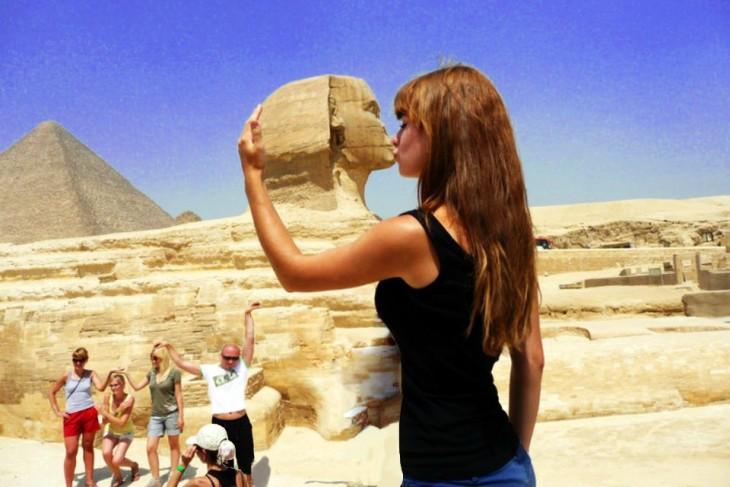 Batalla de photoshop en Reddit de la mujer besando la Gran Esfinge