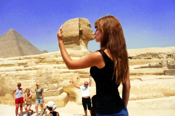 Batalla de photoshop de la mujer besando la Gran Esfinge
