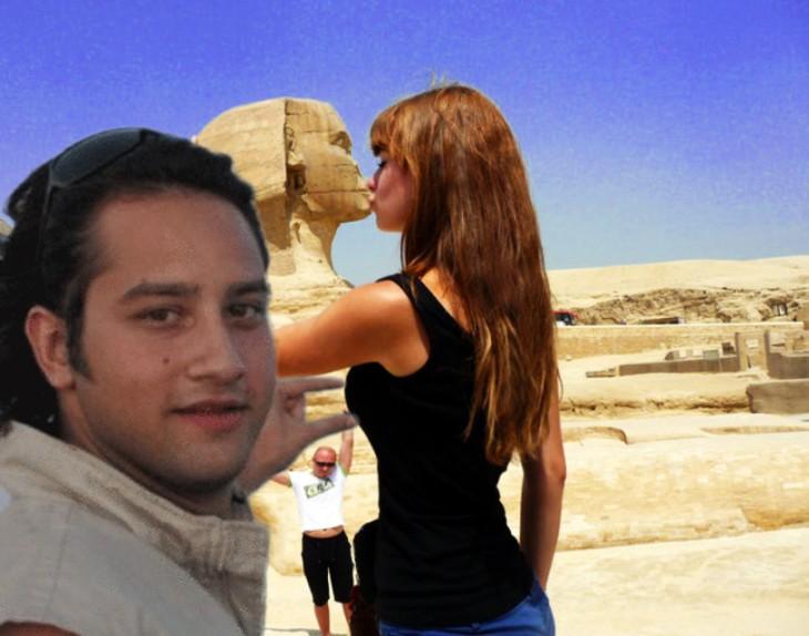 Batalla de photoshop de la mujer besando la Gran Esfinge del hombre que sostiene la luna entre sus dedos