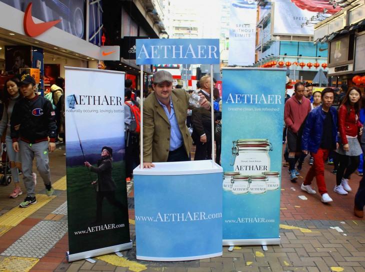 hombre en medio de un estante con el producto Aethaer frascos de aire fresco