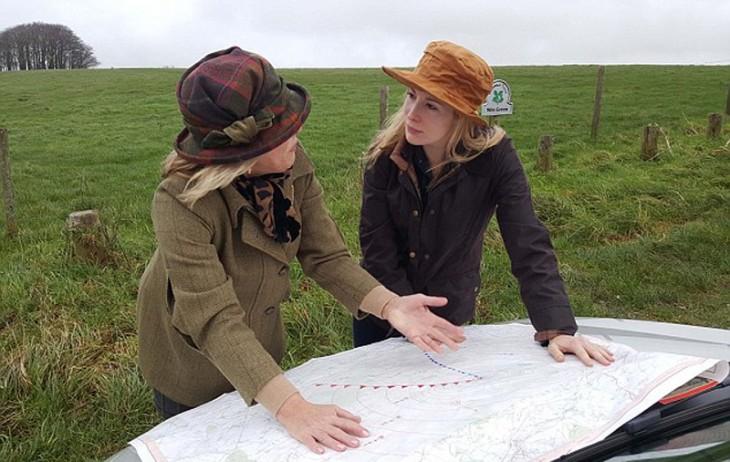 Dos mujeres británicas checando un mapa cerca de los campos británicos