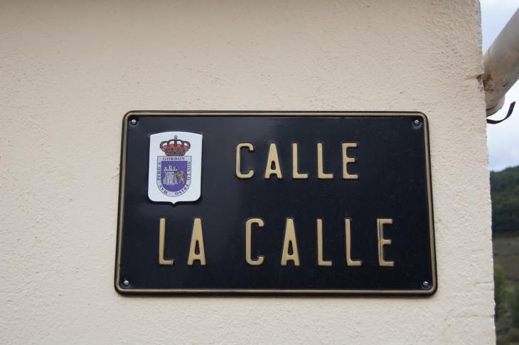 CARTEL DE LA CALLE EN LA CALLE CON PLACA METÁLICA