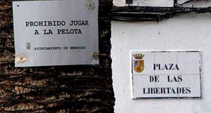 PROHIBIDO JUGAR A LA PELOTA . PLAZA DE LAS LIBERTADES
