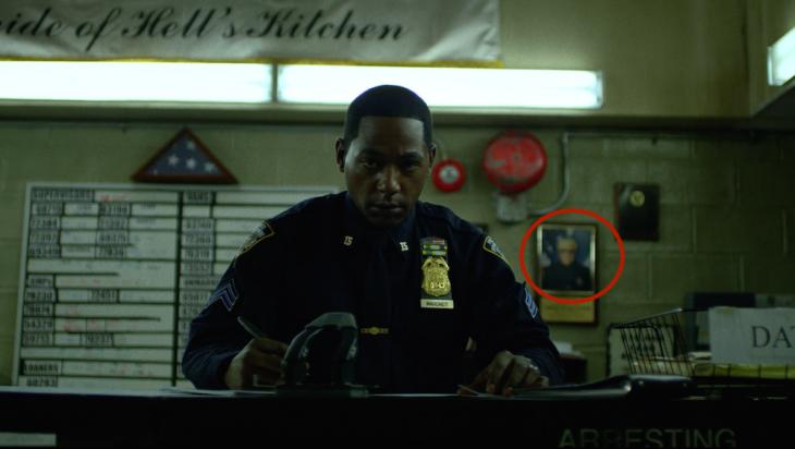 Escena de un capítulo de la serie de Daredevil donde aparece un cuadro de Stan Lee en la pared
