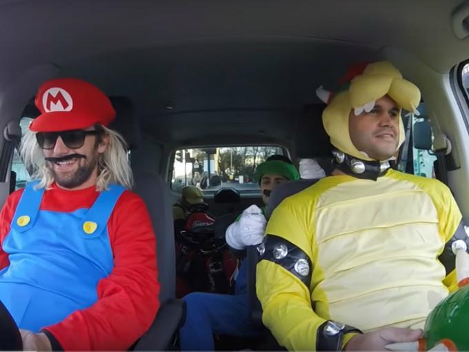 chicos vestidos de los personajes de Mario Kart en Londres