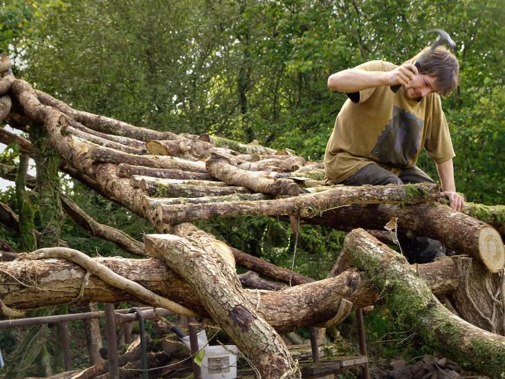 hombre creando su propia casa de el hobbit