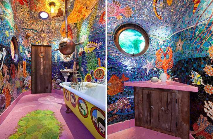decoración de mosaicos de colores en las paredes de un baño con la tina del submarino amarillo de los beatles