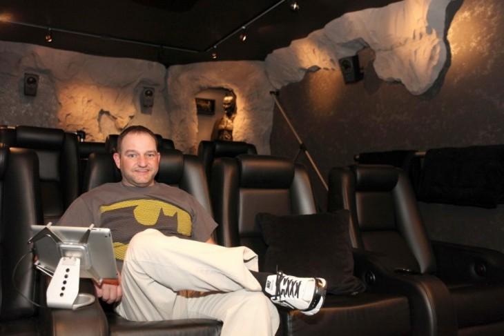 sala de cine en la baticueva de un hombre
