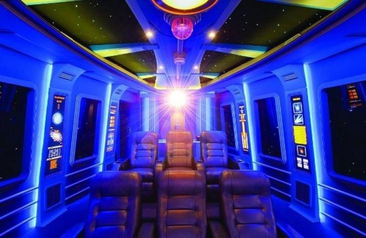 sala de cine con el diseño del halcon milenario de Star Wars