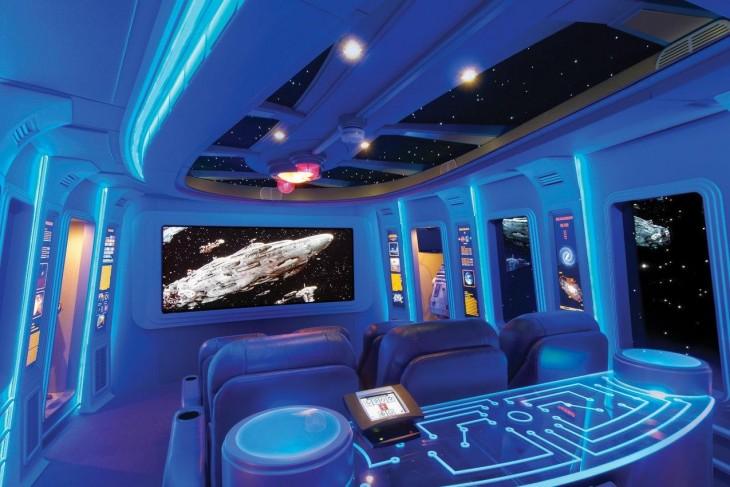sala de cine con diseño de la nave del Halcón Milenario de Star Wars