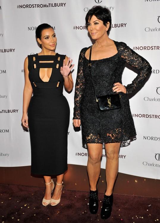 Kim Kardashian a lado de su mama Kris Jenner