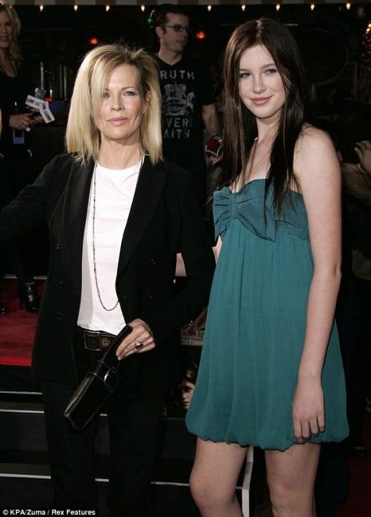 Kim Basinger a lado de su hija Ireland