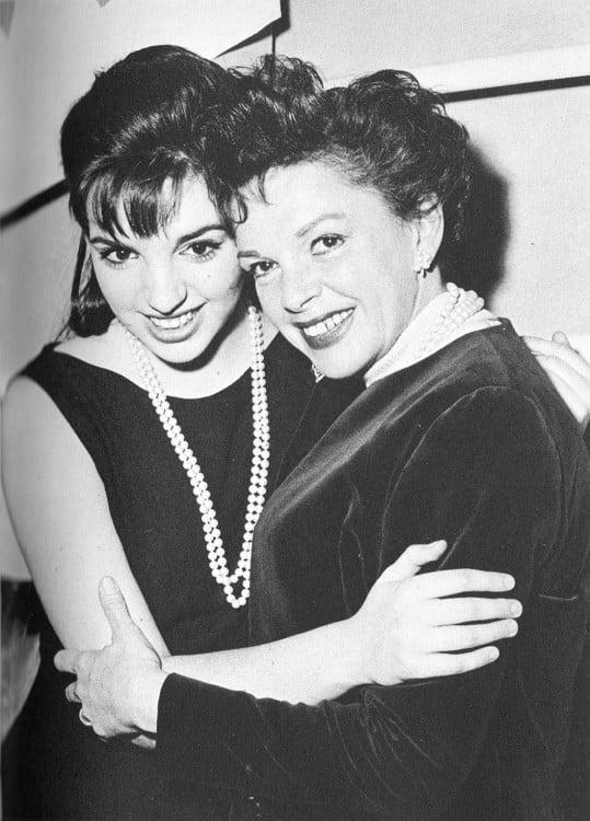 Judy Garland abrazada a su hija Liza Minnelli