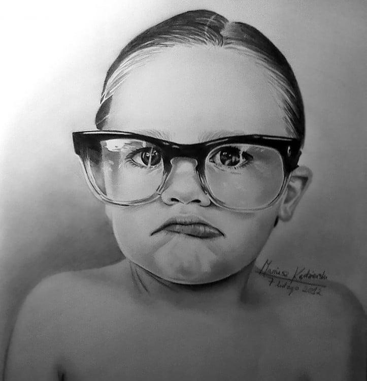 Dibujo a lápiz de un niño con lentes a cargo de Mariusz Kedzierski