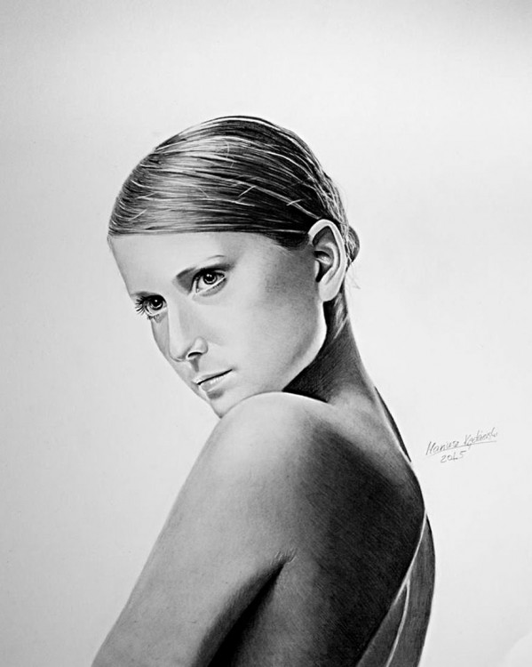 medio cuerpo de lado de una mujer hecho a lápiz por parte del artista Mariusz Kedzierski