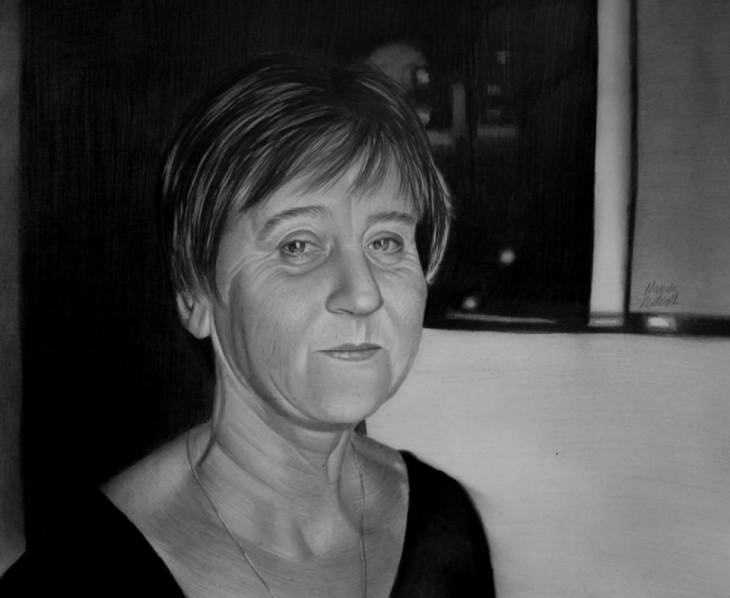 dibujo del rostro de una mujer anciana a cargo del artista sin brazos Mariusz Kedzierski