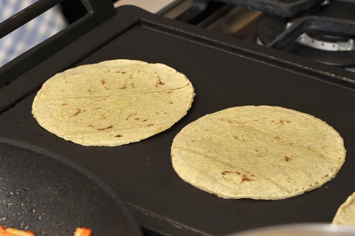 tortillas de maíz en un comal