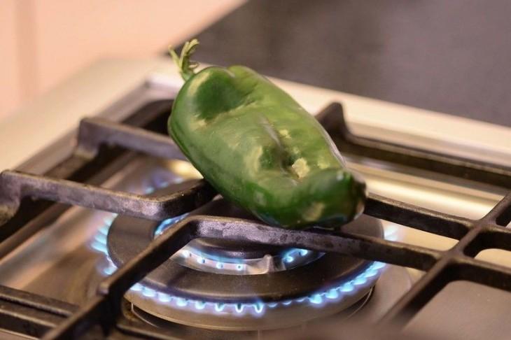 asar un chile en la lumbre