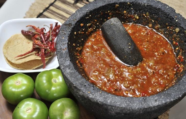 salsa casera en un molcajete