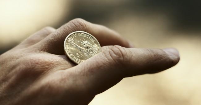 moneda de un centavo sobre los dedos de una persona